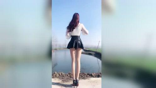 短裙打扮搭配肉色丝袜的美女小姐,干净利落健康时尚!