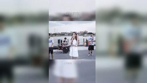 美女海边演唱《遥远的你》