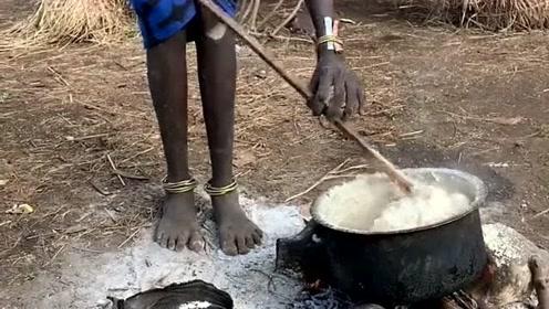 非洲农村的露天厨房,这饭快做好了,你知道这是做的什么吗?