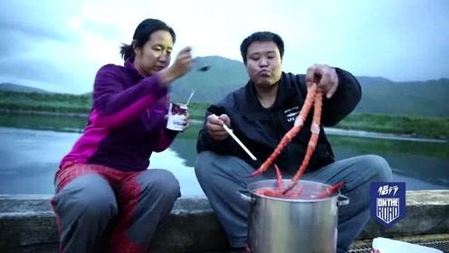 侣行:270团队吃过最贵的晚餐,整整一整箱的帝王蟹,光蟹腿就有半米长