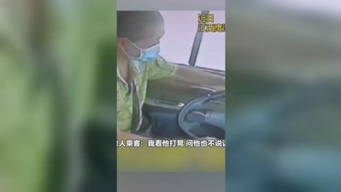 """客车行驶过程司机他发脑出血,乘客""""抢夺""""方向盘挽救全车"""