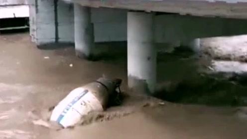跟老板说他的灌车被水冲跑了,他还不信,拍个视频给他,这下傻眼了吧