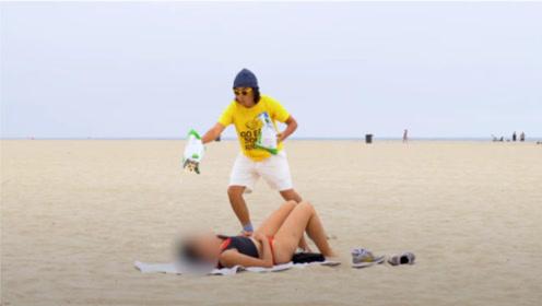 国外恶搞:沙滩上对着睡着的女孩恶搞,美女的动作把旁边人都看愣了
