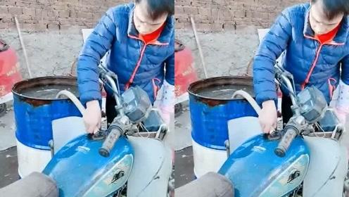 搞笑视频新能源摩托车加水就能跑。