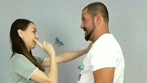 美女捉弄自己的男朋友,画面也太搞笑了,万一视频被男朋友刷到可就惨了!