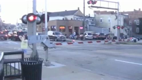 监控:美国越野车铁道路口女子下车逃命,要不是视频谁会相信
