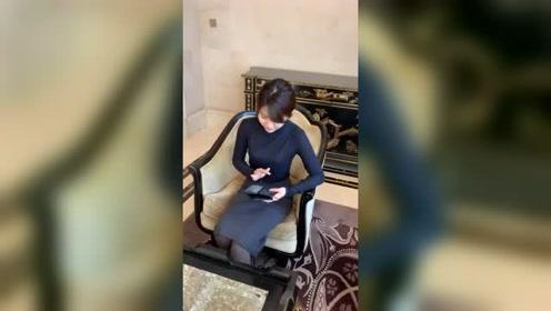 美女玩手机也能火,坐在这不动,气质令网友感叹:惊艳!