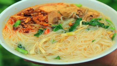 商丘诚实人小吃:经典美食酱香米线,看着就很香!