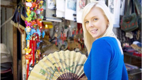 法国华裔到中国旅游,来了没几天就和父母感叹:不移民就好了