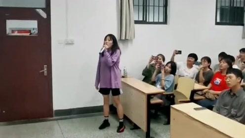 大学生流行音乐课,女生演唱一首《泡沫》,嗓音堪比天籁之声!