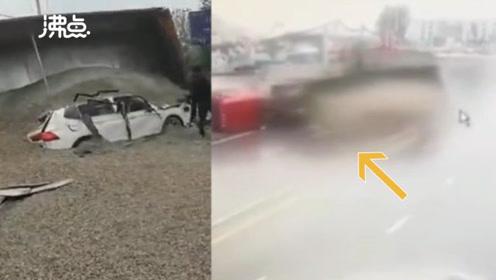 监拍恐怖一幕:大货车马路中间侧翻 满车砂石瞬间将小车掩埋