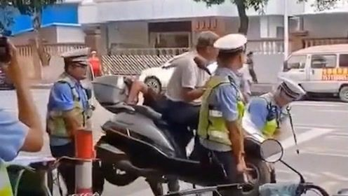 倚老卖老?广东一骑车大爷不配合执法,交警用铁棍连人带车抬着走