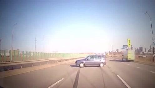 行车监控拍下,车祸的瞬间,这样的车祸视频车有责任吗