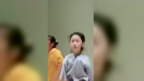 """小女孩第一次上舞台被吓哭,没想到音乐一响""""秒入戏""""!"""