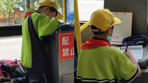 小学生公交车上身姿笔直争分夺秒写作业 网友:你刻苦的样子真帅