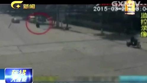 电动车不让道,女司机赌气加速碾压过去骑手当场死亡,视频曝光