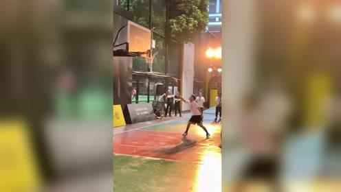 在广州天体,CBA十冠王广东宏远队成员徐杰为你捡球是怎样的体验呢