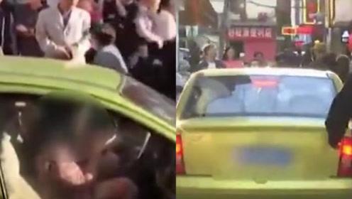 """好豪横的女""""路霸""""!一女子将车停在路中间玩手机 最后结果大快人心"""