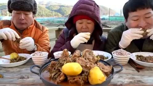 韩国农村家庭吃播:土豆炖猪骨头,配上米饭吃得美滋滋