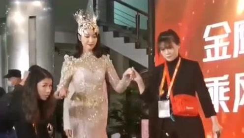 金鹰女神宋茜,在工作人员的帮助下走上台接受采访,裙子确实漂亮!