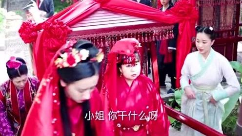 迎亲队伍纷纷停下,新娘仿佛被控制一般前去跪拜,原来是她在搞的