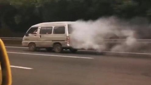 爆笑视频配音:五菱神车显威力,兰博基尼都追不上我们的五菱神车