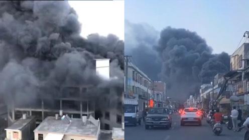 广东揭阳一鞋厂起火,现场火势凶猛消防出动14车90人前往扑救