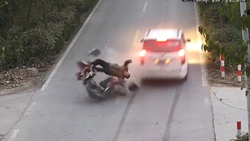 两车相撞电动车驾驶员被撞飞,监控画面让人心惊肉跳