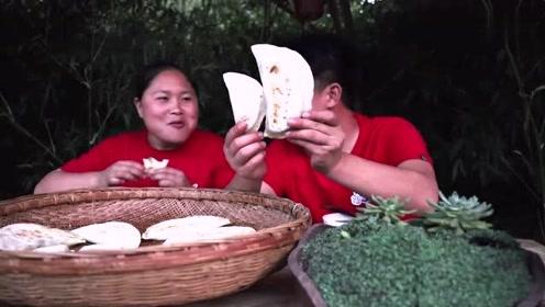 胖妹两口子一起做美食,做了20个油滋滋的韭菜盒子,这味道简直了!