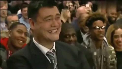 奥尼尔姚明经常后仰跳投走步裁判总不吹台下姚明笑到不行