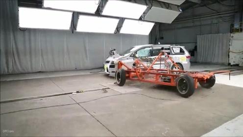 汽车碰撞测试:2018款丰田塞纳侧面碰撞测试视频,看完买不买自己拿主意!