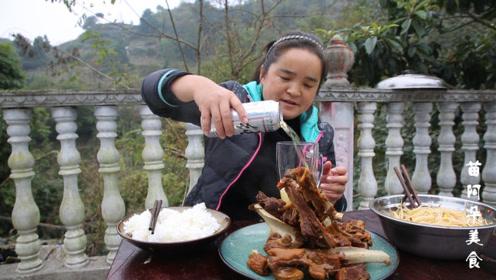 苗大姐做羊肉手抓饭,铁锅炖羊肉,啃起来真带劲