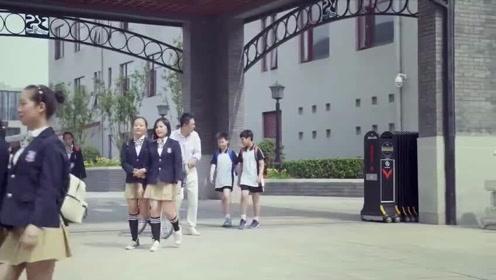 我的体育老师:小米穿着校服与马克约会,殊不知被富婆跟踪拍照