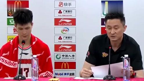 广东队大胜四川队后,杜锋带赵锦洋出席发布会,夸年轻队员很幸福!