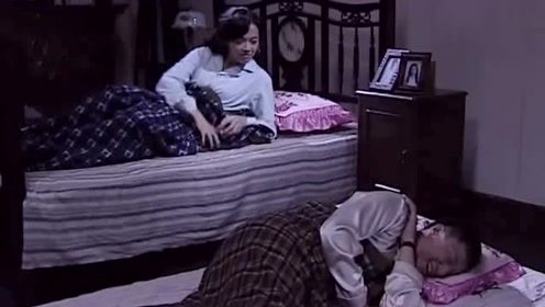 """他俩藏完金条,""""假老婆""""睡觉都得起来看看,眼镜男看见了笑出声"""