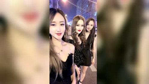 越南街拍,三位小姐姐在大街上玩自拍,太调皮