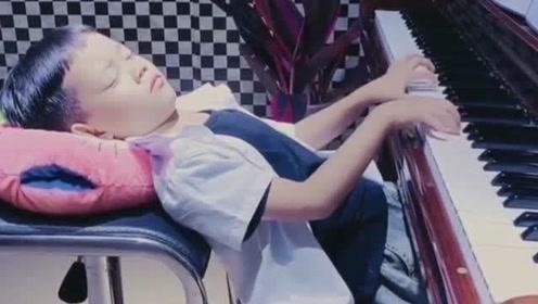 6岁男孩闭着眼睛弹钢琴,网友:贝多芬都弹不出的忧伤,长大肯定是个音乐家