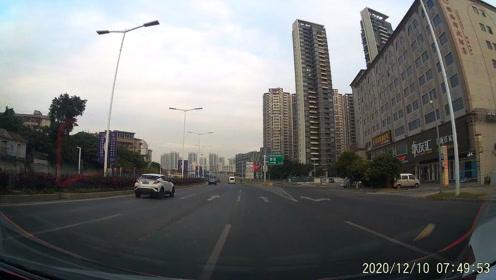 珠海粤C79E67大众小车想跨三车道变道,因视频直行车辆正常行驶而没有让行,前行几十米后,视频车打右转灯准备变道,粤C79E67大众车开斗气车一脚油门上来别车。