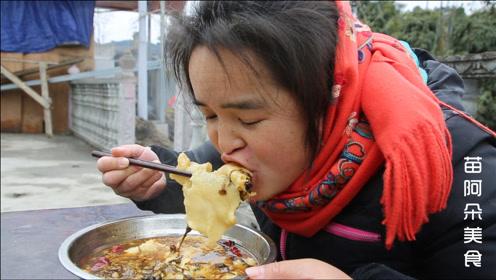 苗大姐吃抹布面,配个梅菜酱肉,干饭人吃面用不锈钢盆