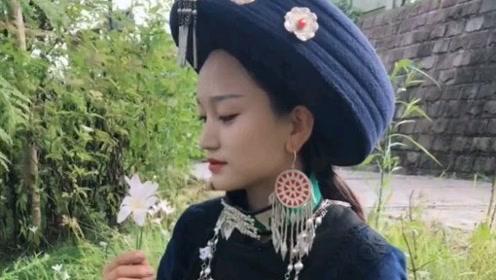 四川彝族女孩在家种玉米帮忙盖房子,称:希望家里过上好生活