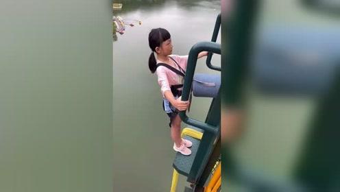 非常可爱的小朋友来挑战蹦极,佩服她的勇敢!