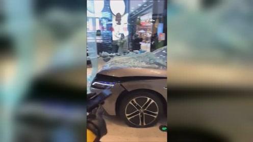 """陕西一顾客疑似在商场试驾汽车时将店面""""撞毁"""",网友:担心的事还是发生了"""