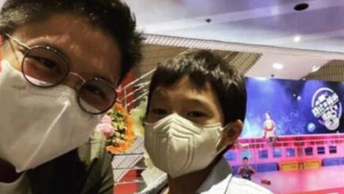 霍启刚带儿子看音乐剧,7岁霍中曦与爸爸自拍,