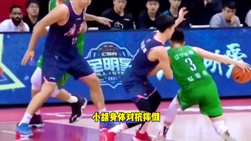 胡明轩跟赵继伟对抗中被裁判吹罚假摔!你觉得这判罚有问题吗?