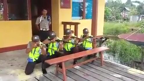 """搞笑版打枪:亮了!""""警察叔叔""""可爱搞笑的一"""