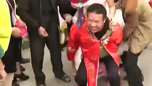 湖北仙桃农村结婚恶搞视频,真是辛苦公公了