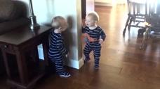 互相捉迷藏的宝宝们,好开心