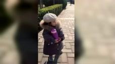小萌娃抱着水杯的样子,真的特别的可爱