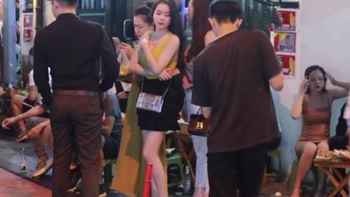 越南河内夜市街头,无意间看到了这样的一幕,真是被惊艳到了!