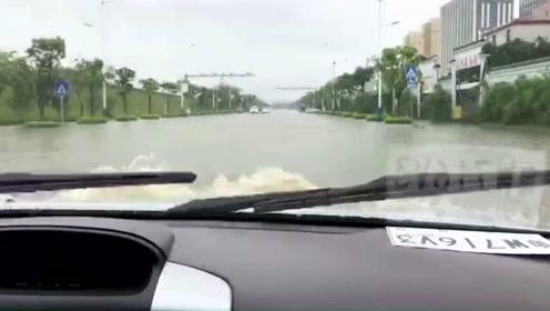 刚买新车就遇到广州大暴雨,真心疼这车